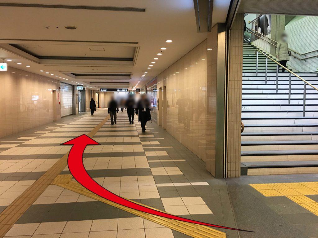 ③エスカレーターをのぼりますと西口と正面口へ分かれますので西口のJR連絡通路へお進みください