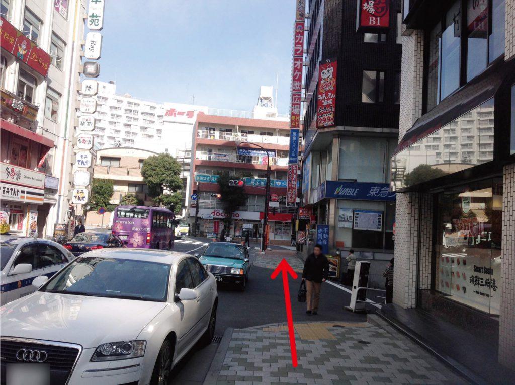 交差点の角まで進みます