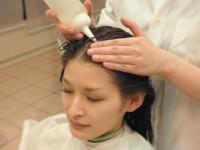 1. 頭皮からしっかり薬を塗布し、毛穴の深部、毛髪全体にいきわたらせます。